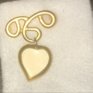 Jewelry - Golden heart brooche